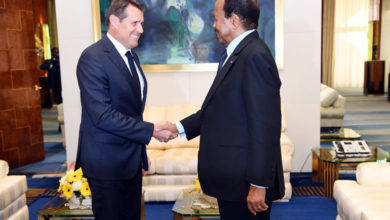 Photo of Paul Biya et l'ambassadeur de Suisse parlent de la gestion du Port de Douala