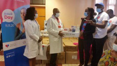Photo of Ecobank Cameroun offre 10 millions de FCFA de matériel à l'hôpital général de Douala